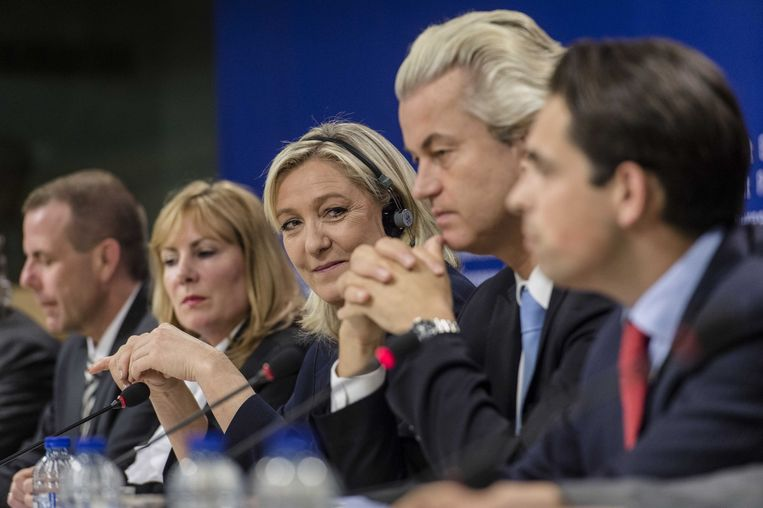 Leden van de fractie van rechts-populisten in het Europees parlement. Van links naar rechts Janice Atkinson (L, onafhankelijk lid Europees Parlement en voormalig lid UKIP), Marine Le Pen (2L, frontvrouw Franse Front National), PVV-leider Geert Wilders (2R) en Tom van Grieken (R, Vlaams Belang) tijdens een persconferentie in Brussel. De fractie moet meer dan een half miljoen euro aan EU-middelen terugbetalen die is uitgegeven aan aan champagne en luxe-etentjes.