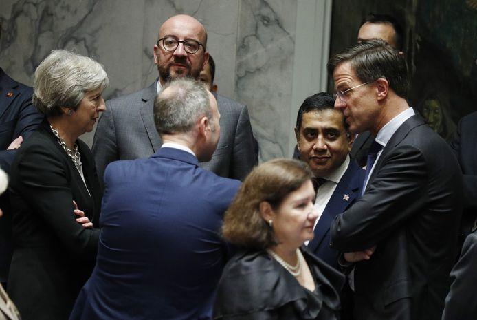 Theresa May (links), Charles Michel en Mark Rutte (rechts).