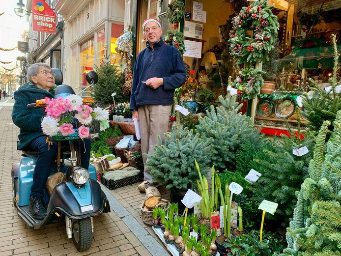 Joyce Pesch Golverdingen praat wat bij met Arnoldus Boerman, de bloemist waar ze een kerstboompje kocht.