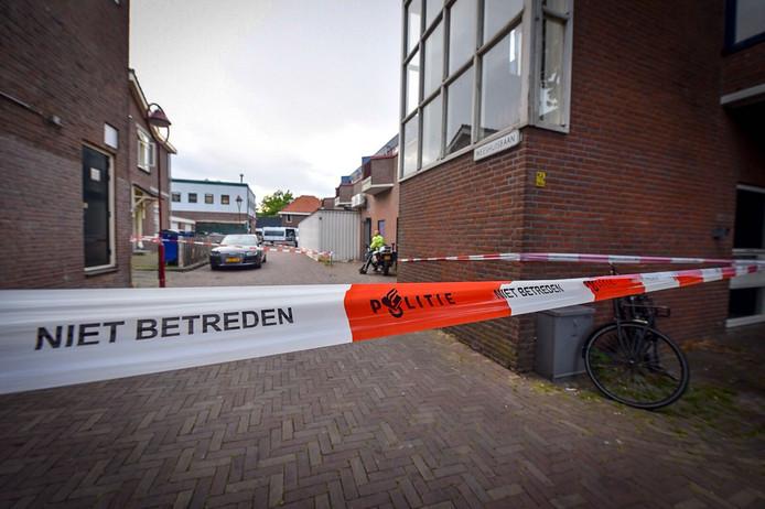 Een team van rechercheurs doet, onder leiding van een officier van justitie, onderzoek naar het overlijden van de man. Een ruime cirkel rondom de (boven)woning is afgezet.