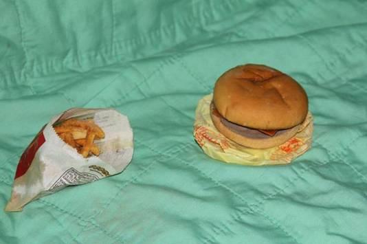 De hamburger is zo hard als een hockeypuck, maar lijkt nog steeds vers.