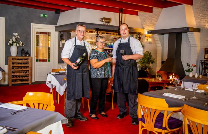 De eigenaren Just, Yvonne en Jorn Jellema in de versoberde gelagzaal van In het Bonte Varken.