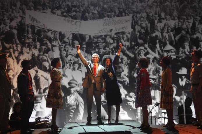De massascènes geven 'Mandela de musical' vleugels. ;Herdigein (l) speelt een overtuigende Mandela. foto's Joris van Bennekom