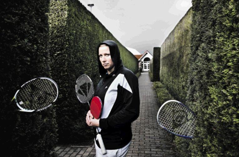 Mariëlle van der Woerdt met de 'wapens' die ze als racketlon-speelster nodig heeft. ( FOTO ROGER DOHMEN) Beeld Roger Dohmen