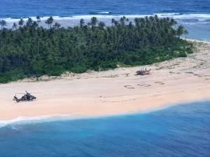 """Trois naufragés sauvés grâce à leur """"SOS"""" géant écrit sur la plage"""