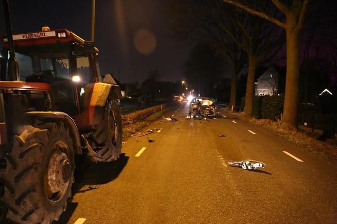 De auto en de tractor botsten tegen elkaar in Sprundel.
