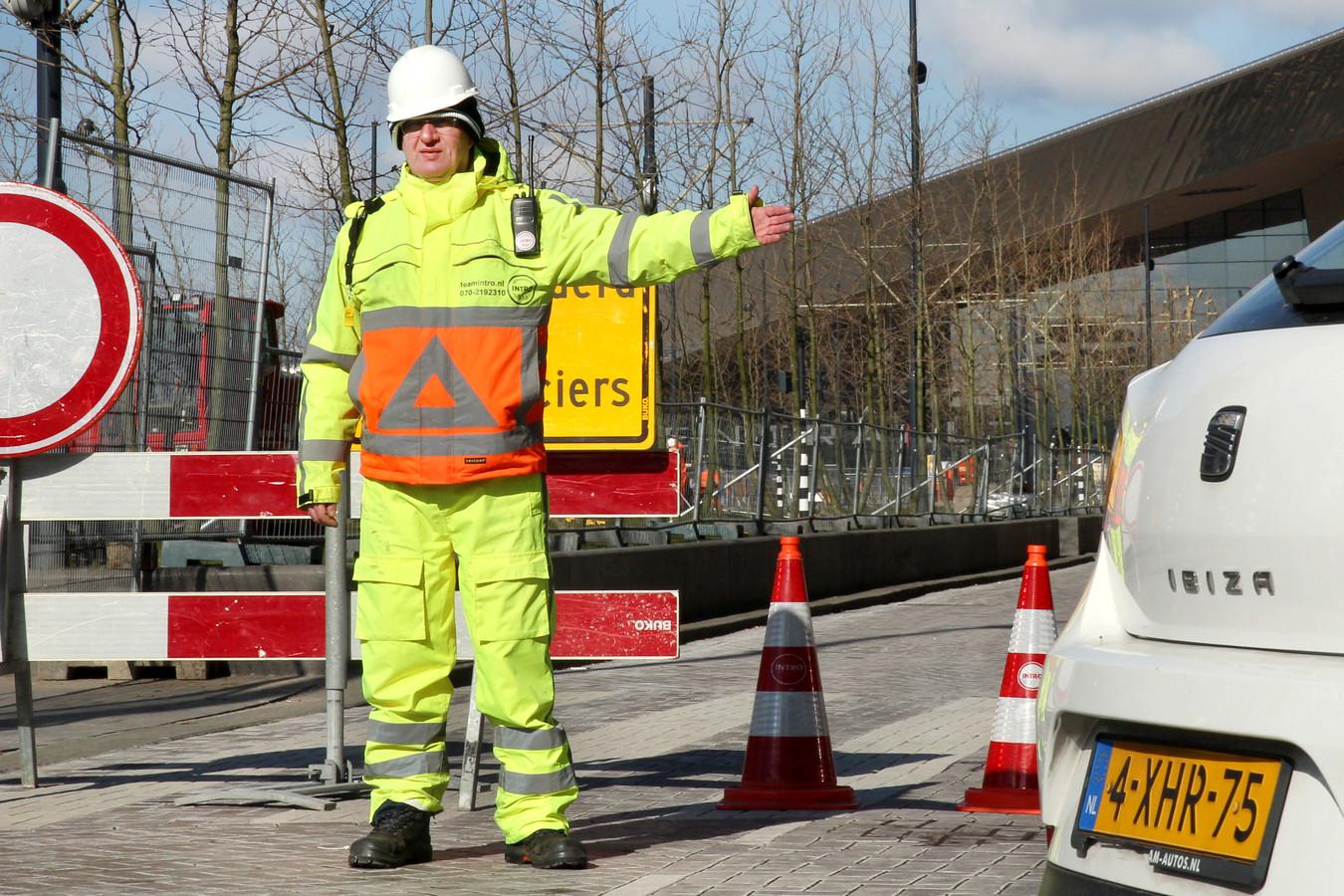 Een verkeersregelaar die afgelopen maand in de kou aan het werk was.