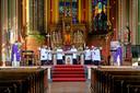 Pastoor Marc Oortmans (links), kardinaal Eijk (rechts) en het koor Schola Cantorum Sint Lambertus (midden).