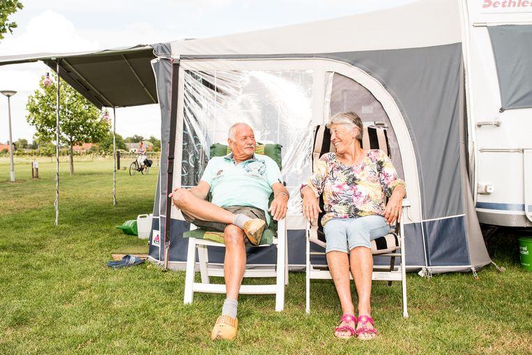Fons en Diny bij hun caravan op minicamping De Nieuwe Bosplaats. Beeld Jan Mulders