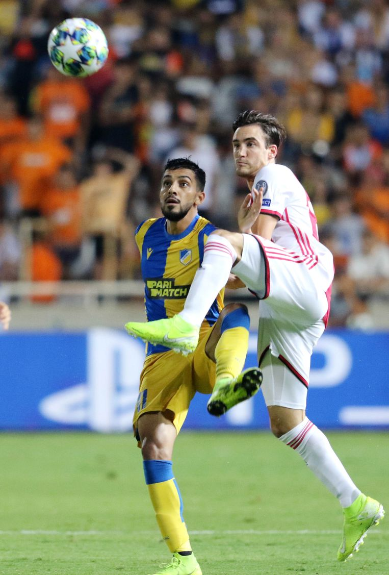 Nicolas Tagliafico in duel met Musa Suleiman (l).  Beeld EPA