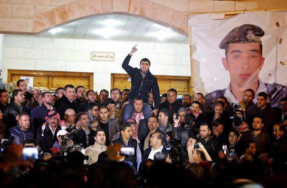 Jordaniërs verzamelen zich in de hoofdstad Amman na het nieuws dat de piloot om het leven is gebracht.