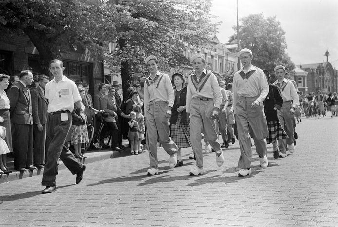 Intocht in de Molenstraat van 'De Spotvogels' tijdens de ' Oss Voorwaarts'-wandeltocht op 11 mei 1952. Deze groep liep 30 km. op klompen.