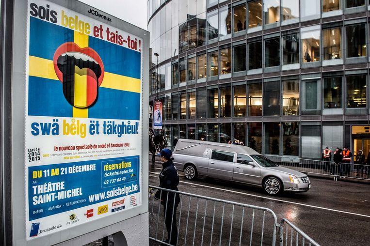 De lijkwagen met daarin het stoffelijk overschot van koningin Fabiola rijdt voorbij een affiche van 'Sois Belge et tais-toi'. Zij halen voor hun voorstelling de inspiratie bij de Zweedse coalitie.