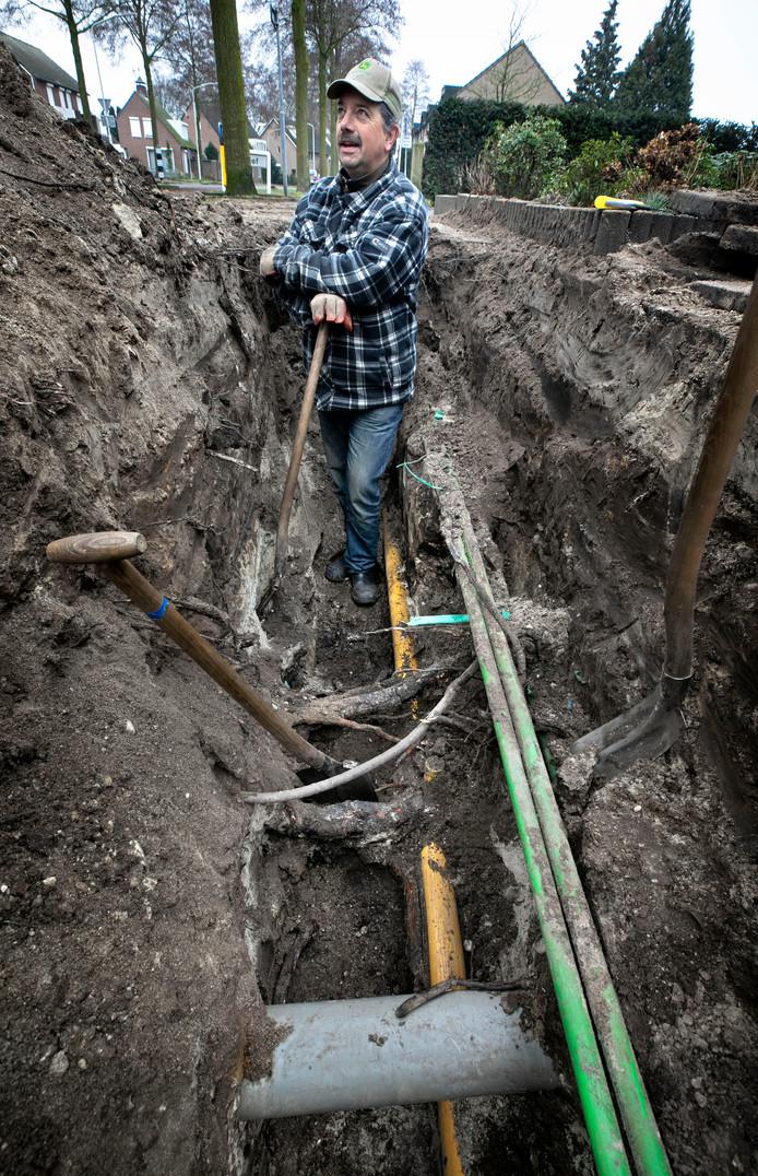 Een Essent-medewerker repareert een leiding aan de Peellandsingel.