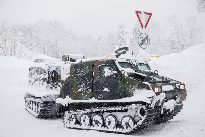 Een voertuig van het Duitse leger brengt voedsel nabij Berchtesgaden