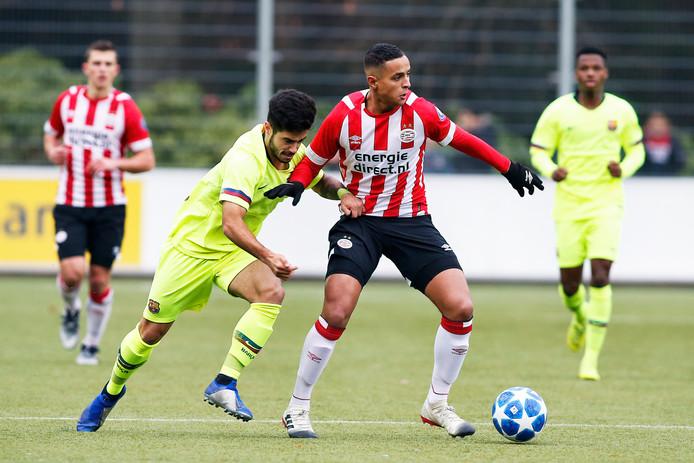 Mohammed Ihattaren in het duel met FC Barcelona onder 19.