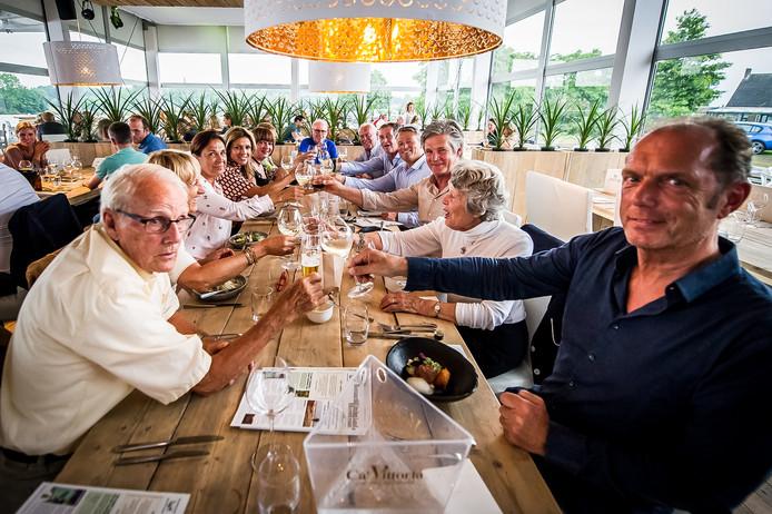Het pop up-restaurant Restaurant op het Land was vorig jaar een doorslaand succes. Ook een aantal wielerlegendes schoof vorig jaar een keer aan, waaronder Jan Janssen (links). Hij proost met mede-initiatiefnemer Frenk Theuns (rechts).
