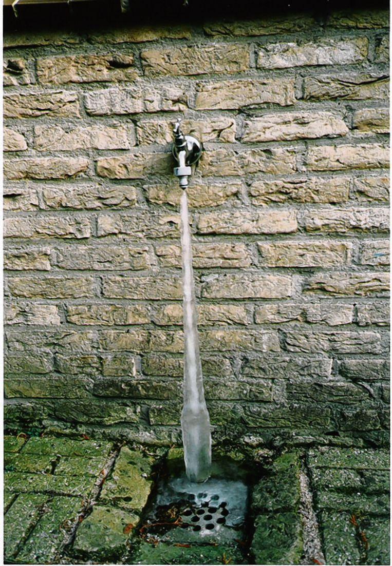 Een lezer stuurde naar onze collega's van AD.nl deze foto van zijn bevroren buitenkraan. 'Dit is wat er dus gebeurt', schreef hij bij de foto.