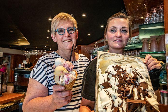 Ingrid Nijkamp (links) en Aline de With runnen de ijssalon van Nijkamp. Ingrid: ,,We kunnen het af met z'n tweeën, maar het is wel pittig zo.''
