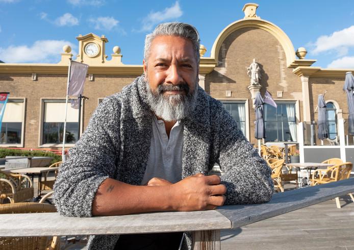 Dicky Wattimena begint zijn droom, een Moluks restaurant, in de Vlissingse stationsrestauratie.