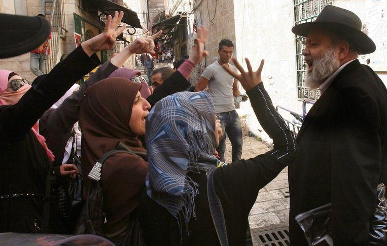 Ruzie tussen een jood en Palestijnse vrouwen, eerder deze maand in Jeruzalem. Beeld epa