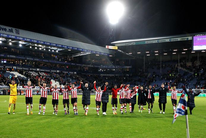 De PSV-spelers vieren feest na de 1-5 zege op sc Heerenveen in 2011.