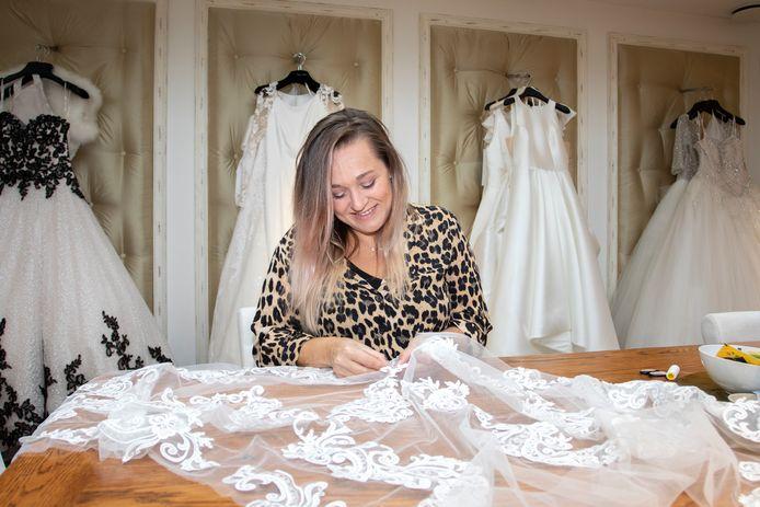 Mirjam Bouwense aan het werk in haar bruidsmodezaak VLBC (Verliefd Bruidscouture) in Kapelle. Ze kreeg dinsdag geen antwoord op de vraag wat de maatregelen betekenen voor bruiloften.