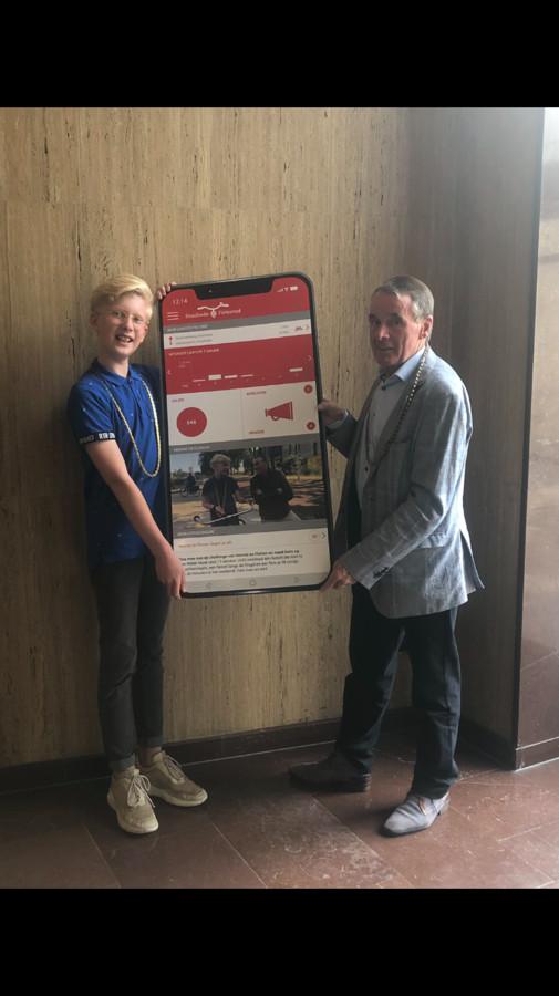 Junior fietsburgemeester Florian Laan en fietsburgemeester Hennie Kuiper introduceren de nieuw app 'Enschede fietst'.