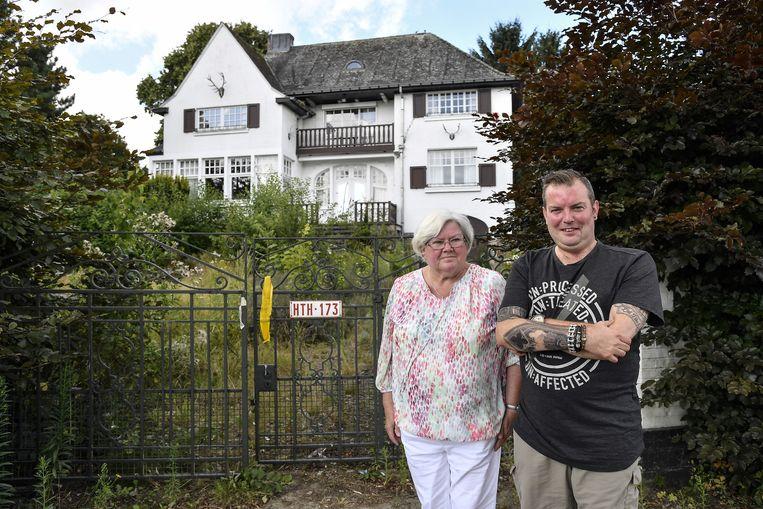 Buurtbewoners Annie Quintelier en Koen Bracke bij het huis dat tegen vlakte gaat en wordt vervangen door een appartementsblok.