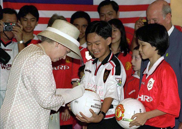 De Queen signeerde tegen alle verwachtingen in een voetbal.