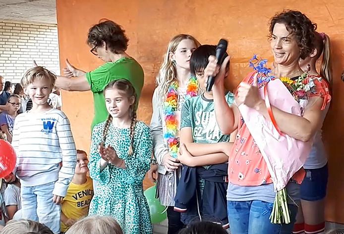 Marijke Maas (rechts) bij onthulling van haar kunstwerk bij 10-jarig jubileum van basisschool De Wending. Foto Alfred de Bruin