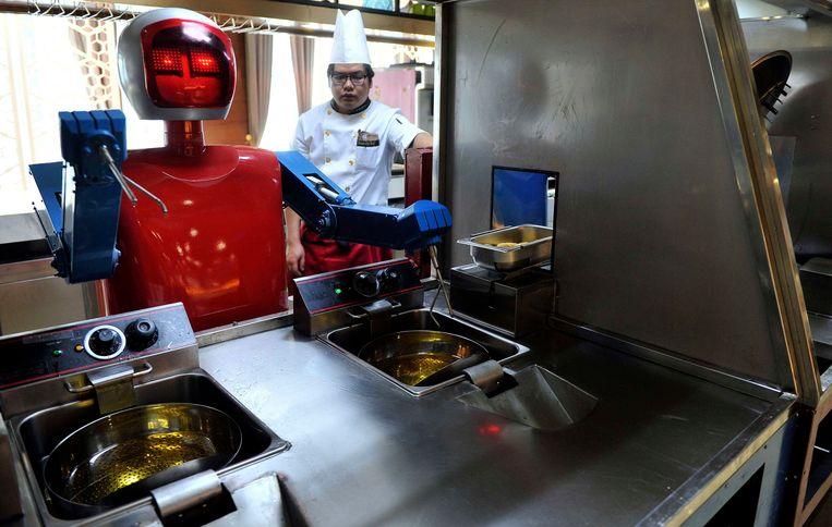 In het restaurant in Hefei koken de robots mee... Beeld REUTERS