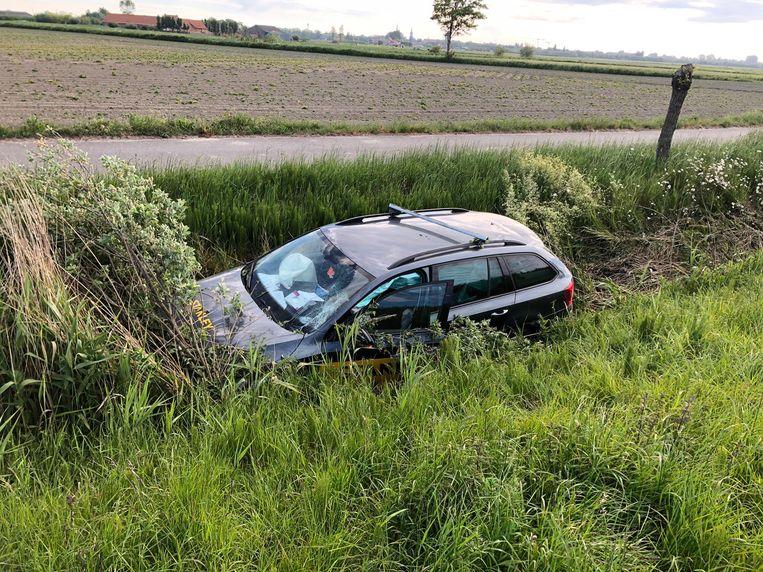 De auto ploeterde nog vijftig meter door de gracht langs de E40.