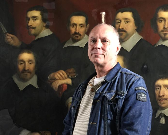 Marinus Wesdorp ontdekte op het doek een van zijn voorouders: de man links zittend op de foto.