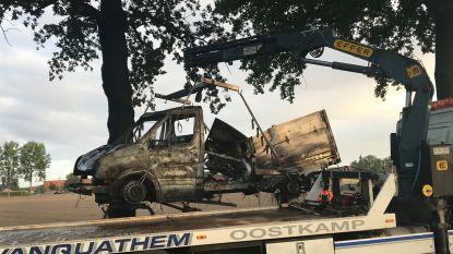 Lichte vrachtwagen uitgebrand