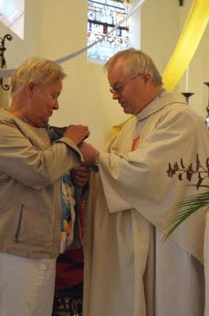 Pastor Munsterhuis reikte de Willibrordplaquette uit aan Ria Bekke.