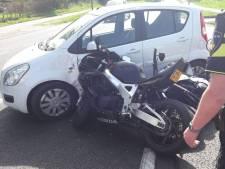 Oudere man geeft plotseling gas en schept twee motorrijders in Markelo