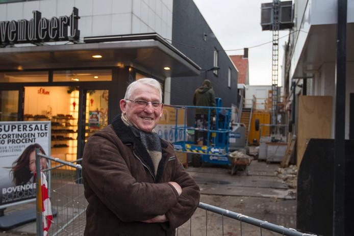 Piet Peters voor het veelbesproken steegje in Valkenswaard dat naar zijn oude meubelzaak wordt vernoemd.