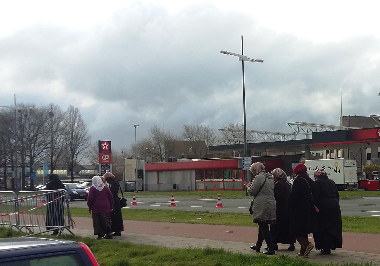 Deze stemmers komen vanuit Apeldoorn met een busje om te stemmen.