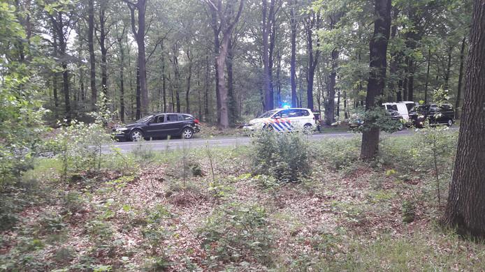 De auto werd klemgereden op de Nunspeterweg. Twee verdachten vluchtten de bossen in.