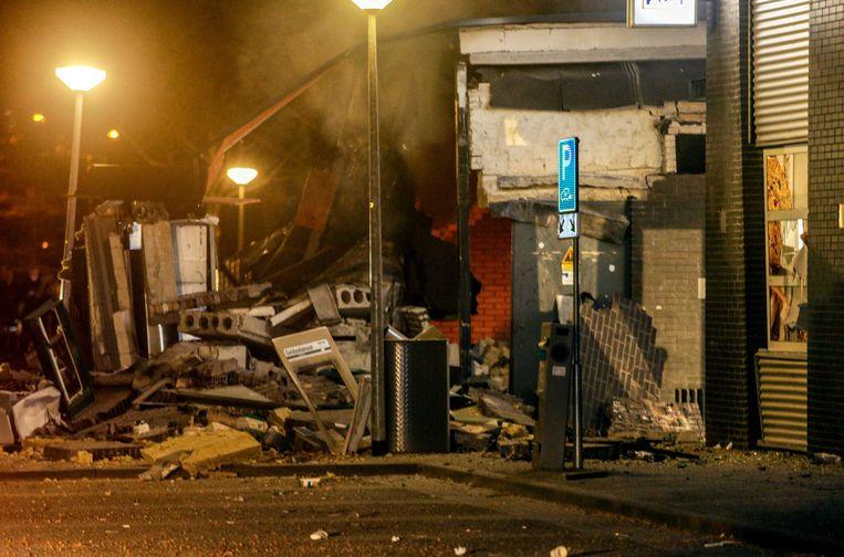 Bij een winkelcentrum in Doetinchem veroorzaakte een plofkraak op een ABN pinautomaat enorme ravage.  Beeld ANP