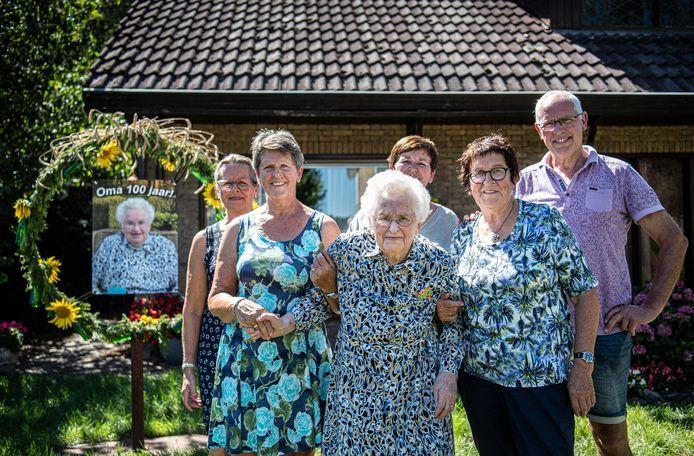 Nolda Pansier-Elsen wordt vandaag 100 jaar. met deel van de dochters  en zoon, Tillie,Tonnie, oma  Rian, Gerda,Willie.
