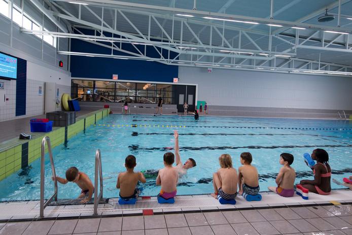 Optisport is nu jaarlijks 140.000 euro kwijt om het oude zwembad in Kapelle warm te stoken. Zwembad De Vrolijkheid in Zwolle (foto) kost Optisport slechts 17.000 euro per jaar.