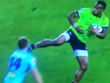 Rugbyer torpedeert opponent met karatetrap in het gezicht