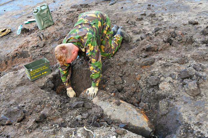 Twee oude bommen gevonden op een akker in Riethoven.