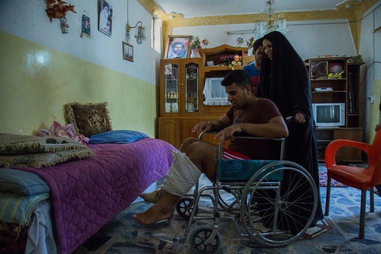 Karar Samir (16), die de aanslagpleger naast hem zag opduiken, met zijn moeder, die zonder haar gewaad meteen naar het voetbalveld rende. Beeld