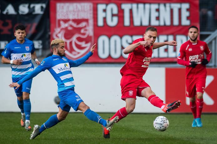 Xandro Schenk (r, FC Twente) blokt de bal na een schot van Mustafa Saymak van PEC Zwolle