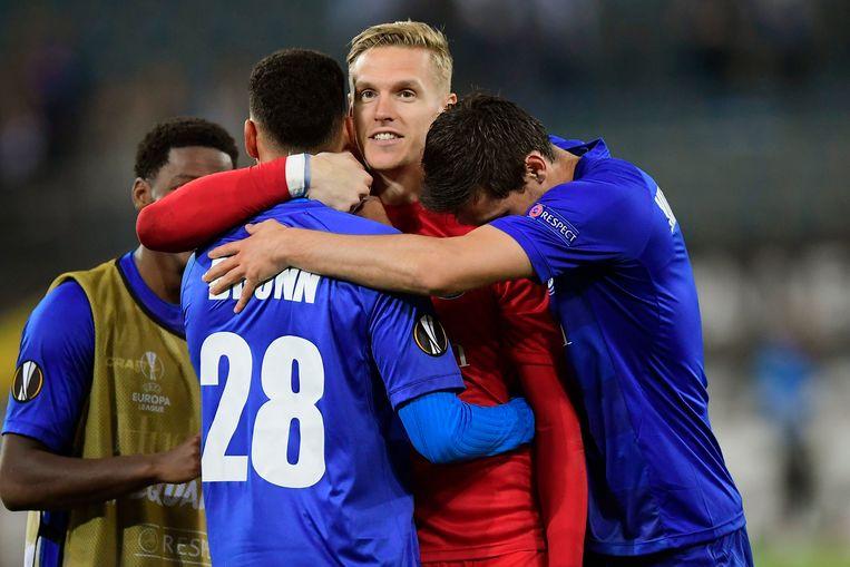 Kaminski wordt door zijn ploegmaats in het feestgedruis na de match betrokken.
