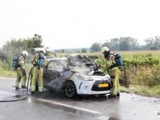 Bestuurder ziet auto in Ommen volledig uitbranden op weg naar garage