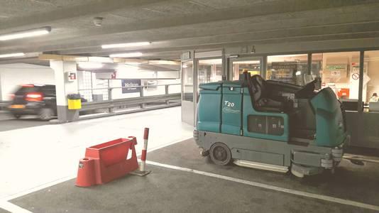 Een bezemwagen in parkeergarage De Barones in Breda.